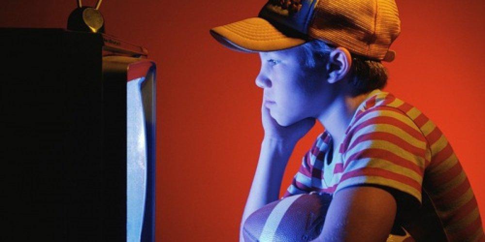 Ребенок смотрит рекламу