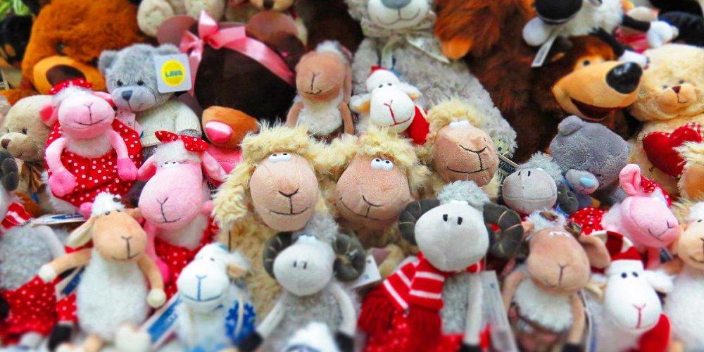 Покупка игрушек в магазине