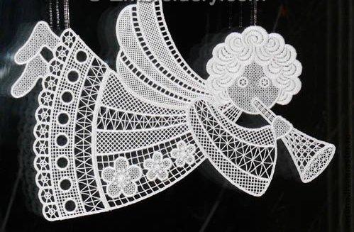 Новогодние трафареты на окна выполняются в виде традиционных новогодних рисунков.  Как правило, это елочки, Дедушка...