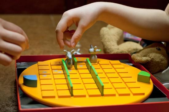 Играем и развиваем ребенка с помощью настольных игр
