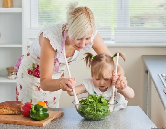Ребенок на кухне: опасно или полезно?2