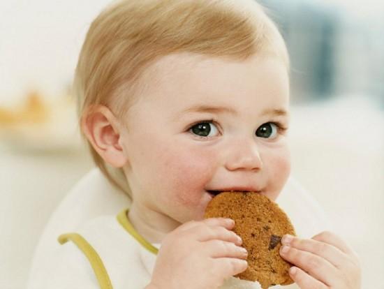 Как научить малыша есть самостоятельно3