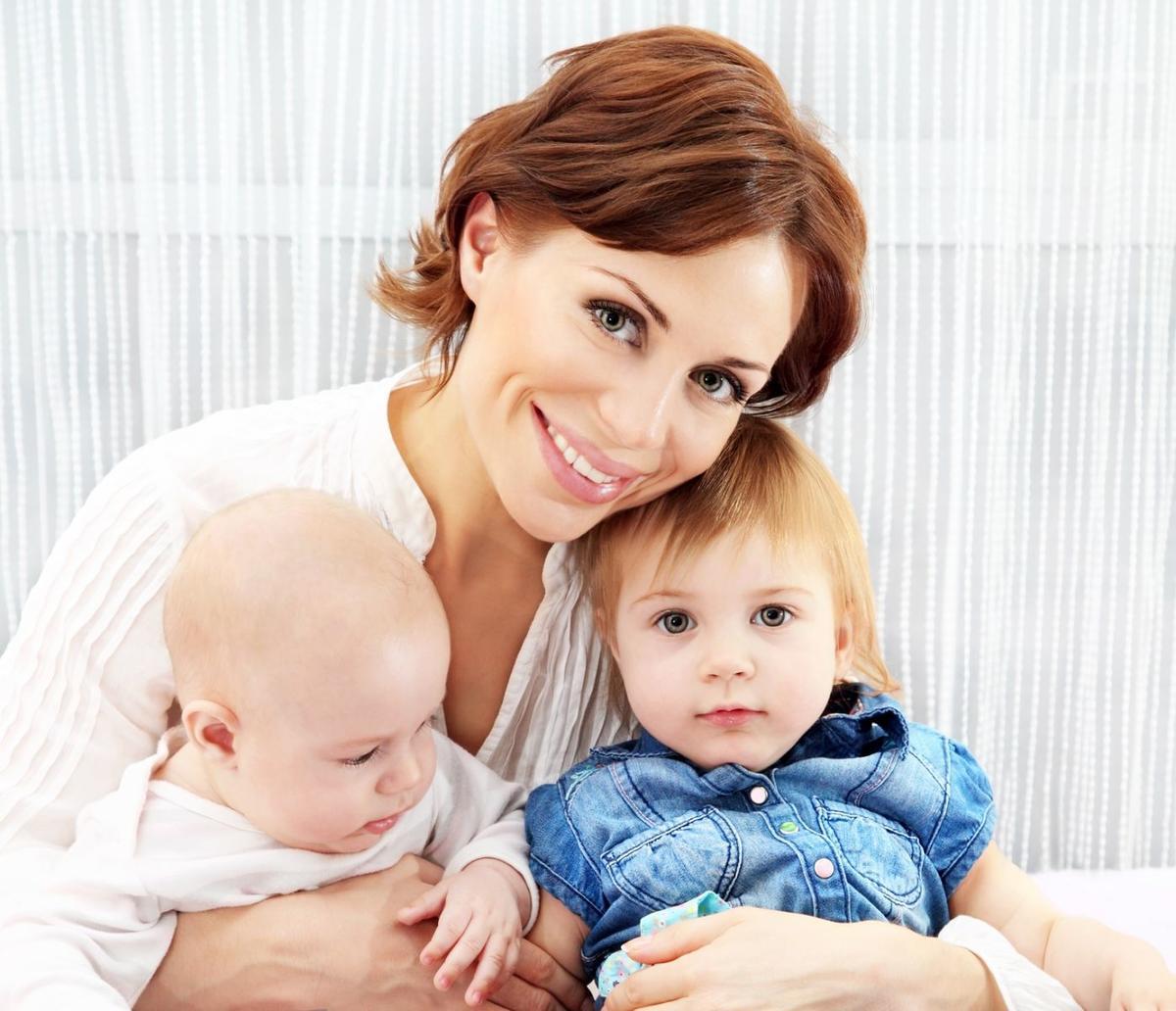 Девушка с двумя детьми фото