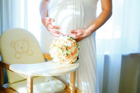 Беременная женщина на свадьбе