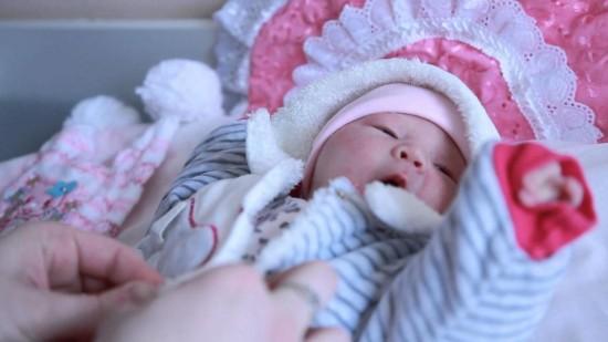 Выписка мамы с малышом из роддома3