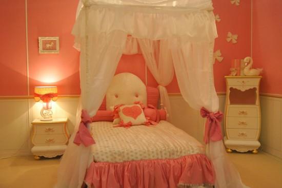 Радуга света в детской комнате